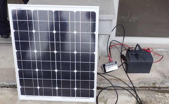 屋外ベランダで運転中のミニ太陽光発電システム