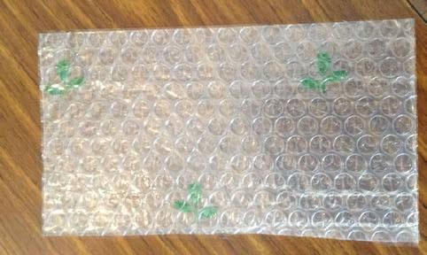 ガラス窓に貼ると断熱効果がアップし、冬の省エネになるプチプチシート (講師おすすめのシートの一つ)