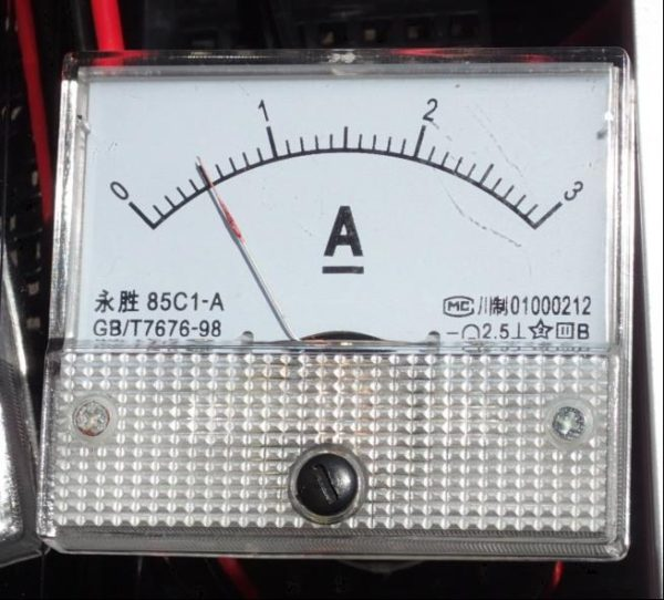 太陽光パネルから、バッテリーに流れる電流量を示す電流計