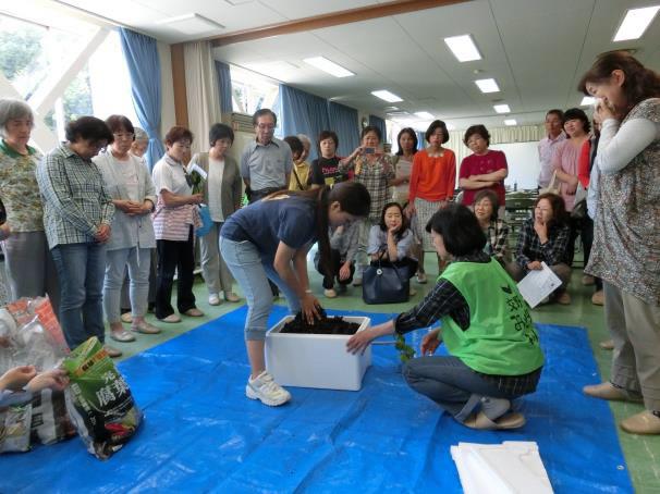 講師の「エスペックみどりの学校」土田真奈見さんのデモンストレーション